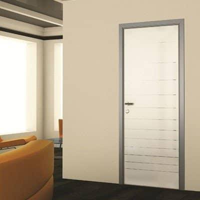 Межкомнатная дверь Grafika Silver Mirror в светлом интерьере