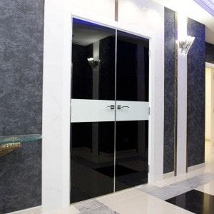 Двустворчатая дверь Crescendo Black с белой глянцевой вставкой.